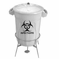 O cesto de lixo redondo, do tipo balde, é indicado para o uso em restaurantes, lanchonetes, escolas, uso doméstico e inclusive para hospitais. Seu pedal evita o contato direto com o detrito infectante, proporcionando um ambiente mais higiênico. Além disso, acompanha um adesivo a parte, conforme o resíduo a ser coletado. Altura: 71 cm Largura: 51 cm Profundidade: 57 cm Desenvolvido nas cores pensadas na coleta de resíduos recicláveis, como plásticos, papel e vidro. No caso do lixo infectante, o modelo é o branco.